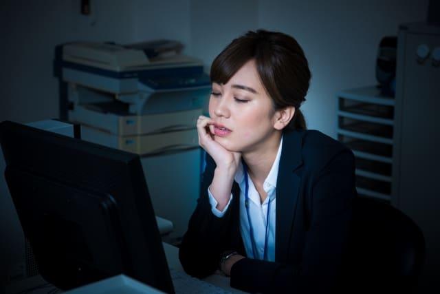 社内恋愛がバレた時のデメリットに悩む会社員の女子