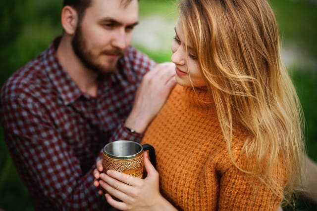 好きな女性の気持ちを知る方法を実践する男性