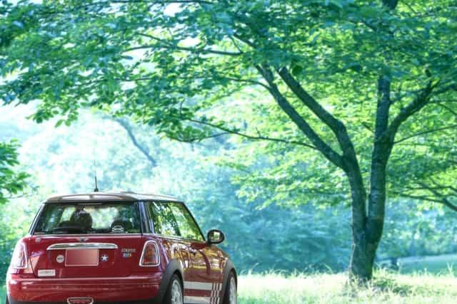 車で遠距離恋愛の相手に会いに行くイメージ