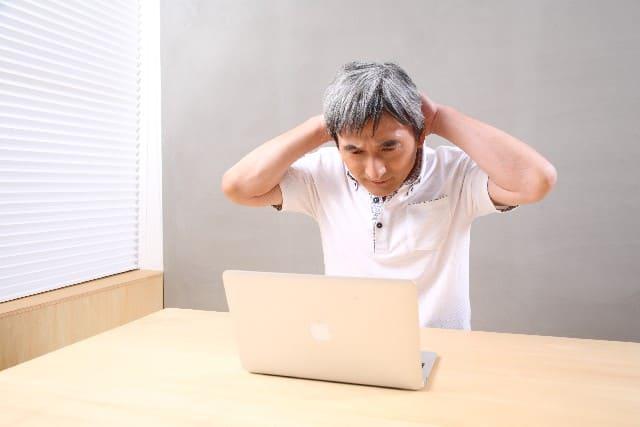 最近増えてきた白髪に悩む男性
