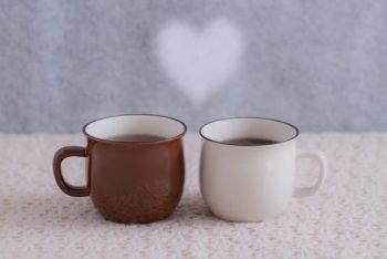 知れば知るほど好きになる恋をイメージした2つのマグカップ