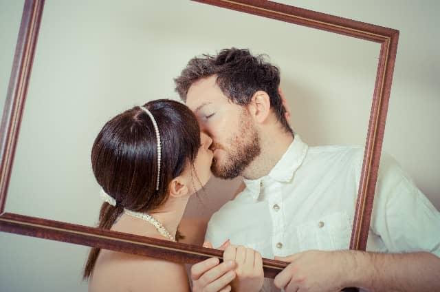 カップルがキスの効果を感じているイメージ