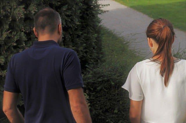 元彼に会う彼女と話し合う彼氏