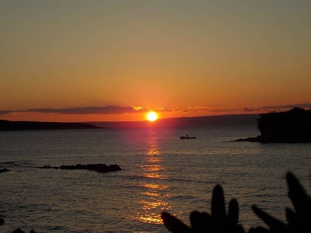 カップルが自然消滅する時をイメージした夕日の画像