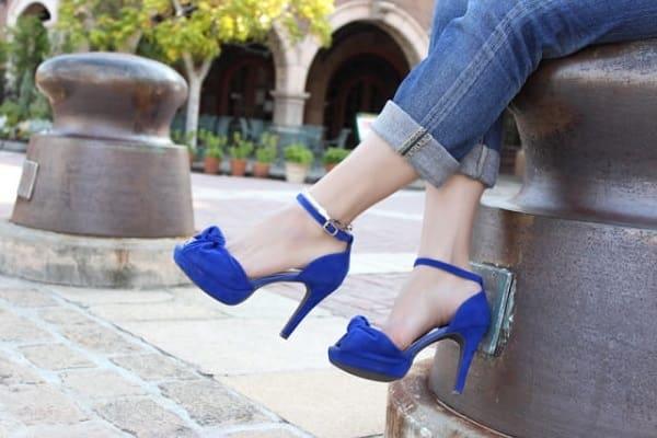 デートの待ち合わせをしている女性の足元。