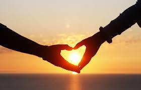 カップルの信頼関係をイメージしたハートマークの画像。付き合いたての信頼関係の作り方は、二人が同じ方向を向いて、二人で努力しあうことが大切。