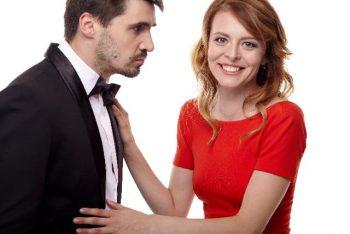 デートに誘われる方法を実践した女性が、男性から実際にデートに誘われている様子。好きな人から出かけようと言われて照れている。