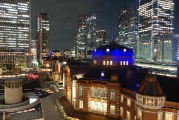 社内恋愛のきっかけとして多い「夜遅くの残業」をイメージした画像。職場から見える景色は横浜。