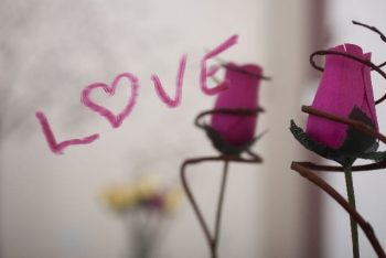 LINEがこない時の脈なしサインをイメージしたドライフラワーと口紅で書いた「LOVE]の文字。好きな人とのLINEを振り返っている。