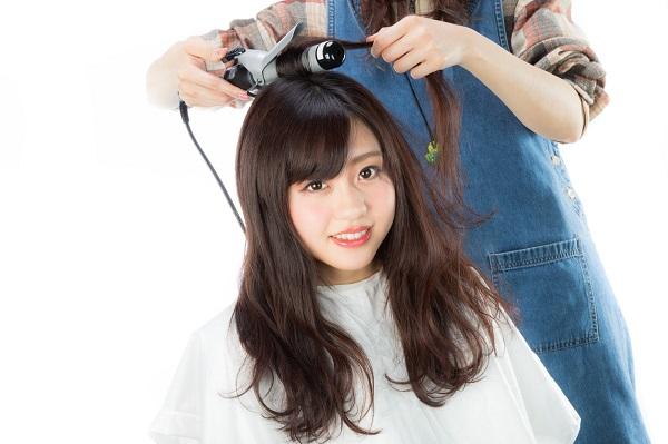 好きな人に相手にしてもらえないと悩む女性が「自分磨き」のために髪型を変える様子。明るい表情が戻った。