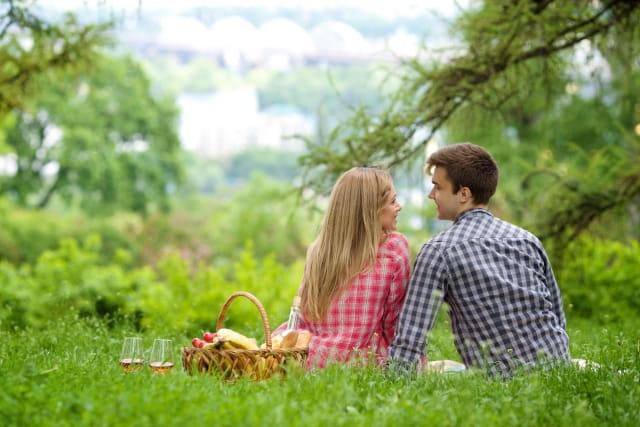 好きな人といい雰囲気になる恋愛テクニックを使う男性のイメージ画像。近い距離で会話することで恋愛の雰囲気ができる。