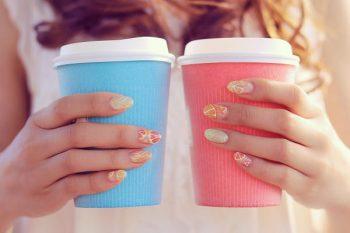 告白のタイミングを計る時に大切なポイント。女性が二つのカップを持っている。