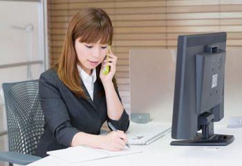 仕事に頑張る、自立した女性の画像。