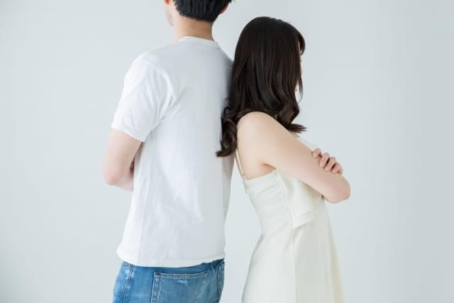 カップルが別れの危機を迎えた状態。別れのサインが出ており、別れる直前のカップルであることがわかる画像。