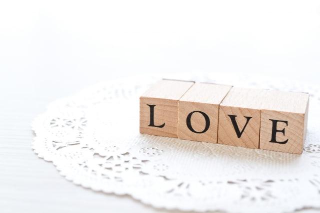 モテ期の体験談をイメージした「LOVE」の文字。