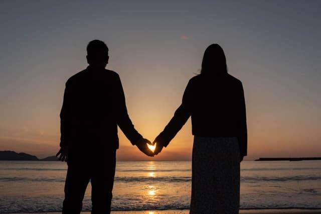 彼女が好きか分からなくなった男性が夕日を眺める様子