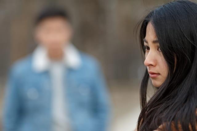 別れ話を切り出した彼女が泣く彼氏の対応方法に悩んでいる様子