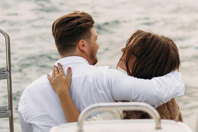 初デートでキスするカップル