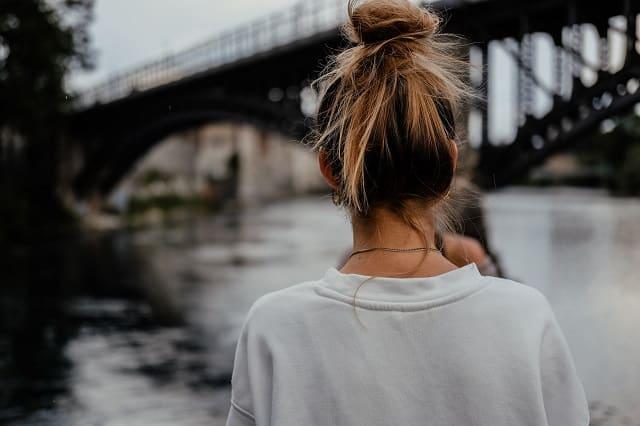 O型女性の性格と特徴を語る女子の後ろ姿