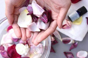 第一印象に大切な「香り」をイメージした花びらの画像。
