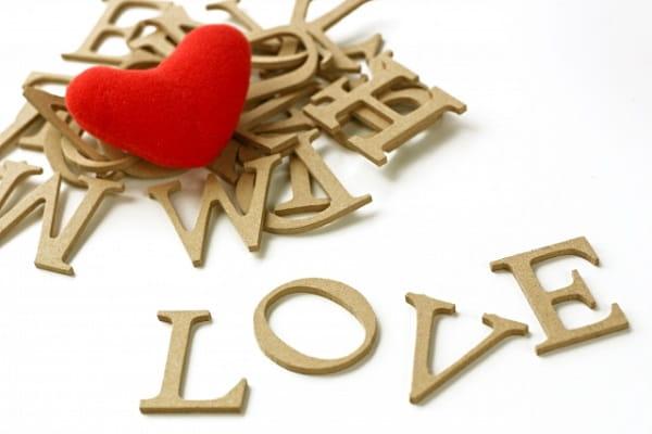 彼氏がいない女性、彼女がいない男性をイメージした「LOVE」の文字。