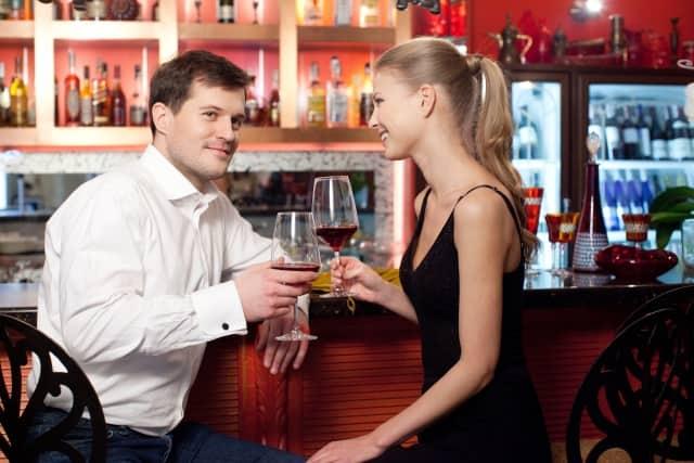 彼氏持ちの女性にアプローチするタイミングを見極める男性