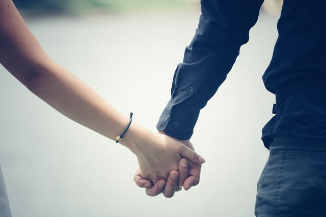 自然に手を繋ぐ方法を実践したカップル