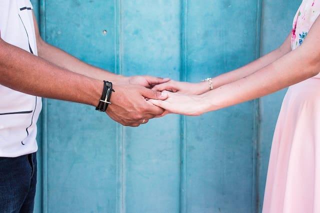 自然な手をつなぐきっかけができたカップル