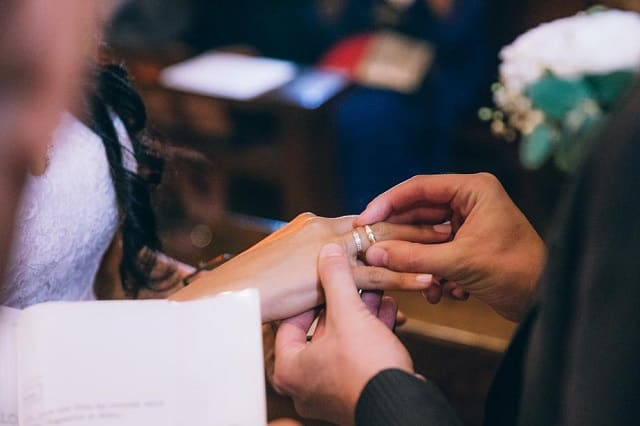 誰とも付き合ったことがない男性が彼女に指輪をプレゼントしているところ