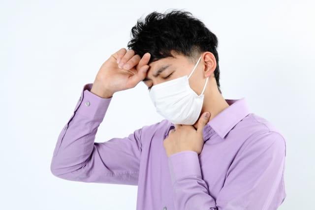 風邪を引いた彼氏が体調不良を訴えている様子