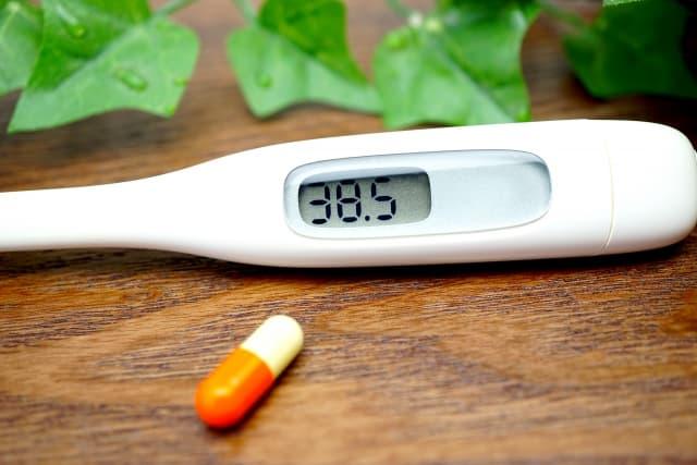 彼氏のために看病する彼女が計った体温計