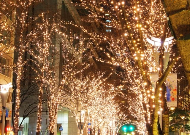 カップルで過ごすクリスマスイブの風景