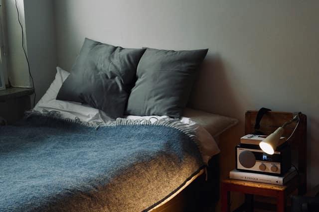 好きな人の部屋に泊まりに行った女性の視点。