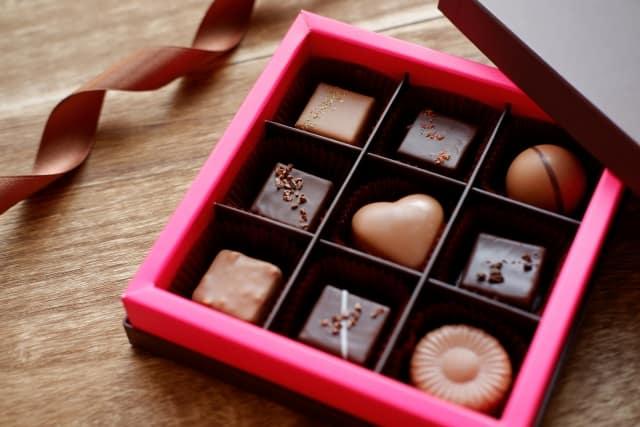 バレンタインチョコは、市販と手作りどっちがいいか悩む女子が見つめるチョコギフト