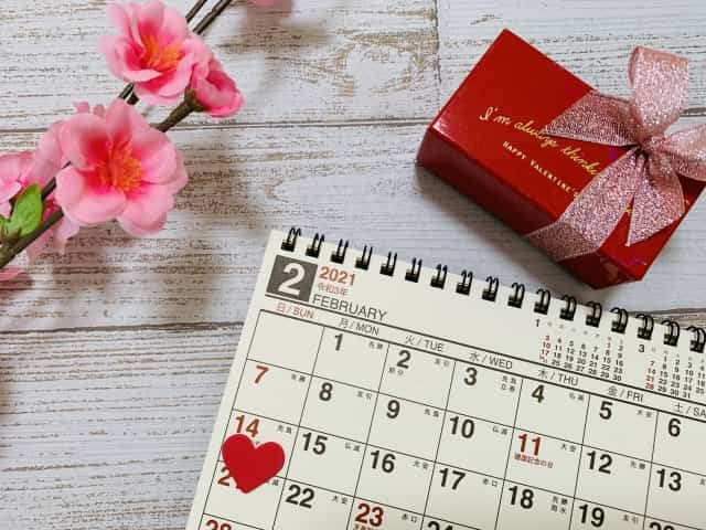 バレンタインデーに「彼氏用のチョコを手作りするか市販のチョコを買うか」迷う女子が見つめるスケジュール帳