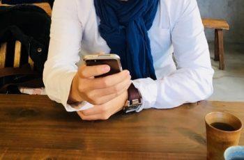 好きな人の脈サインは「返信スピード」で分かる。画像は、カフェで男性が携帯を操作しているところ。