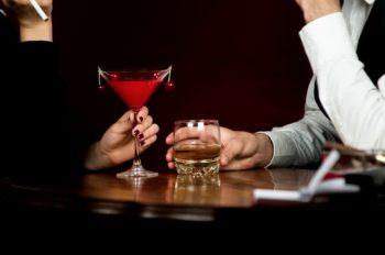 好きな人と二人きりで飲んでいる様子。脈ありか脈なしかが気になっている。