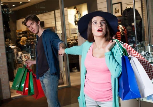 彼氏に買い物に付き合ってもらう彼女
