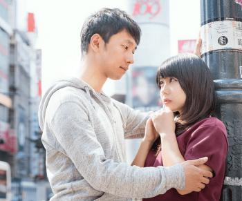 男性は好きな人に自分のことを話したい心理があるため、本気の場合は目を見て女性に一生懸命話す。画像はその様子である。