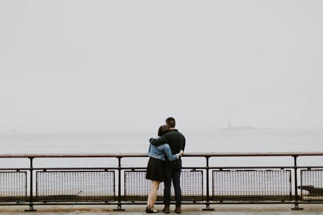 好きになろうとすれば好きになるのか考えるカップルの画像。