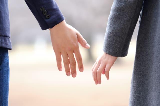 信頼関係を作りたいカップルの手