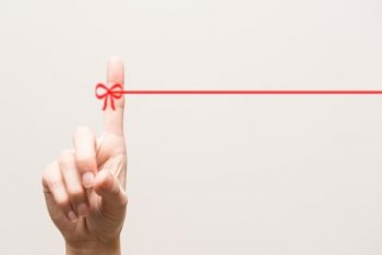 好きな人との距離感をイメージした「赤い糸」の画像。心地よい距離感で恋愛したい人が好きな人のことを想っている。