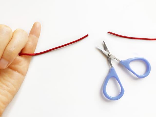 いきなりLINEで別れ話をしてくる人の心理を象徴した「切れた赤い糸」