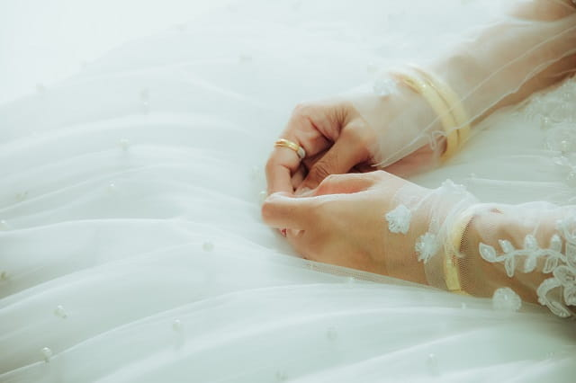 恋愛が短期間で終わることに悩んでいる人の手。