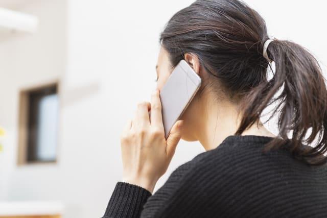 女子と電話している風景