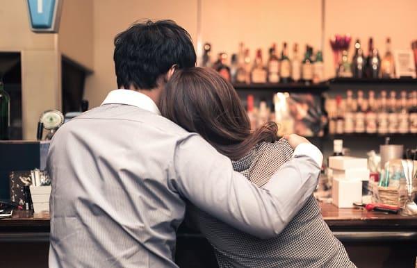お酒に酔った男性がボディタッチしている様子。