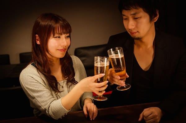 酔った男性の本音を知りたい女性の笑顔。