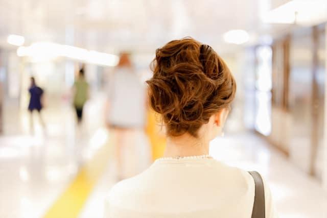 友達に紹介したくない彼女の特徴を持った女性の後ろ姿