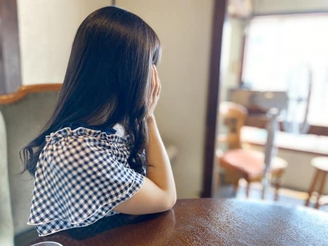 紹介されないことで浮気の女だと気付いた女性の涙