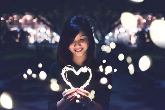 好きな人と目が合ったのが嬉しい女性の画像。脈ありかなって期待している。